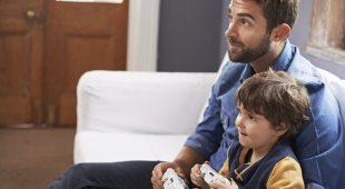 Vater und Sohn an der Spielekonsole