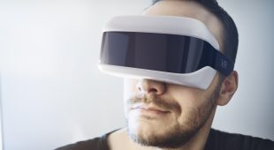 Applied Interactive TechnologiesMann mit Virtual Reality Headset